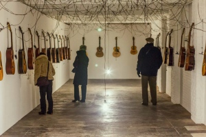 chords tunnel #1 40 acoustic guitars, cable and motors Foto: Krysztoff Dorion Netwerk / Center for contemporary art, Aalst, Belgium. 2014 (current exhibition 07.12 2014 - 06.03 2015 + INFO)