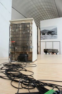 Imaginary buzzing #2 refrigerator, motors, steel strings & computer rubén d´hers, 2015 at Performing the Black Mountain Archive by Arnold Dreyblatt Hamburger Bahnhof - Museum für Gegenwart – Berlin 27.07 - 11.08.2015